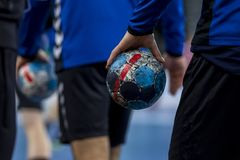 Giocatore che tiene la palla per hanball immagine stock