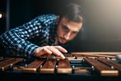Giocatore con i bastoni, musicista dello xilofono nell'azione Fotografia Stock Libera da Diritti