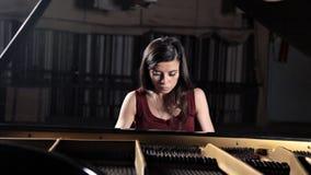 Giocatore del musicista di musica classica del piano Pianista con il pianoforte a coda dello strumento musicale video d archivio