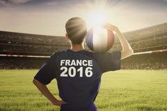 Giocatore dell'euro 2016 palle di trasporto sulla sua spalla Fotografia Stock Libera da Diritti