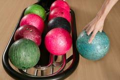 giocatore dell'uomo della mano di bowling della sfera Immagine Stock Libera da Diritti