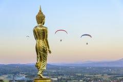 Giocatore della statua di Buddha e del motore di para Fotografie Stock