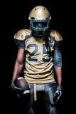 Giocatore dello sportivo di football americano isolato su fondo nero fotografie stock