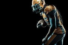 Giocatore dello sportivo di football americano isolato su fondo nero immagini stock