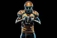 Giocatore dello sportivo di football americano isolato su fondo nero immagine stock