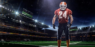 Giocatore dello sportivo di football americano in stadio Fotografie Stock