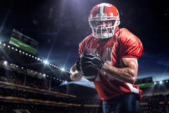 Giocatore dello sportivo di football americano in stadio Fotografia Stock Libera da Diritti