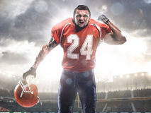 Giocatore dello sportivo di football americano in stadio Immagini Stock