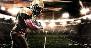 Giocatore dello sportivo di football americano su funzionamento dello stadio nell'azione Carta da parati di sport con copyspace fotografia stock