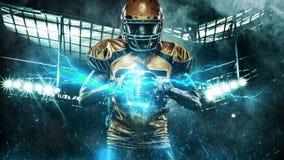 Giocatore dello sportivo di football americano sullo stadio con le luci su fondo Video del ciclo HD video d archivio