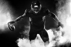 Giocatore dello sportivo di football americano sullo stadio Insegna e carta da parati di sport con copyspace immagini stock libere da diritti
