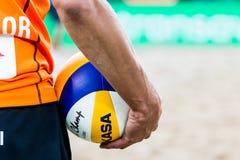 Giocatore di beach volley che aspetta per servire Immagine Stock