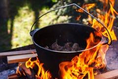 Giocatore di bocce turistico con alimento sul falò, cucinante nell'aumento, attività all'aperto Preparazione di pilaf fotografie stock