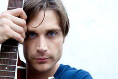 Giocatore di chitarra attraente Fotografia Stock Libera da Diritti