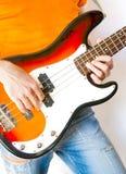 Giocatore di chitarra bassa Fotografie Stock Libere da Diritti