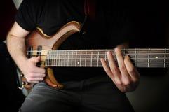 Giocatore di chitarra bassa Fotografia Stock