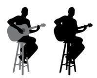 Giocatore di chitarra che si siede su uno sgabello da bar Fotografia Stock