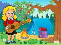 Giocatore di chitarra della ragazza nel tema 2 del campeggio Fotografie Stock