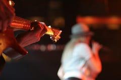Giocatore di chitarra durante l'evento in tensione immagini stock