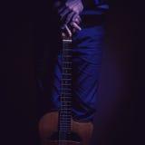 Giocatore di chitarra e chitarra dello zingaro fotografia stock