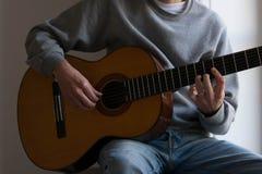 Giocatore di chitarra maschio dell'esecutore, fuoco della mano fotografia stock libera da diritti