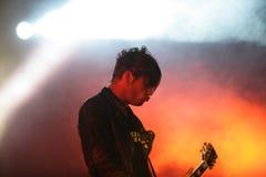 Giocatore di chitarra in scena, Prodigy, concerto in Russia 2005 fotografia stock libera da diritti
