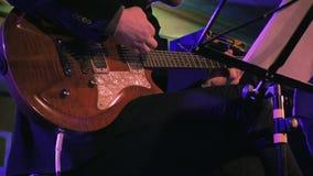 Giocatore di chitarra sul movimento lento della fase video d archivio