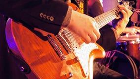 Giocatore di chitarra sulla fase Immagine Stock