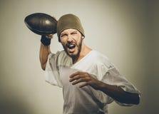 Giocatore di football americano bello con la palla immagine stock