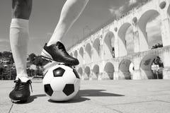 Giocatore di football americano brasiliano che sta sul pallone da calcio Lapa Rio Fotografie Stock Libere da Diritti