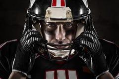 Giocatore di football americano che esamina macchina fotografica Fotografie Stock Libere da Diritti