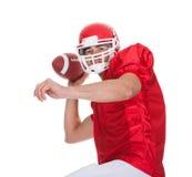 Giocatore di football americano che funziona con la palla Fotografie Stock