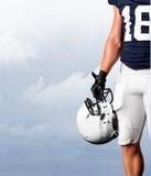 Giocatore di football americano che sta forte fotografie stock libere da diritti