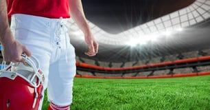 Giocatore di football americano che tiene un casco in stadio immagini stock libere da diritti