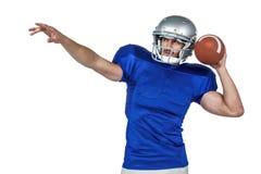Giocatore di football americano circa per gettare la palla fotografia stock