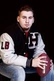 Giocatore di football americano con calcio fotografia stock