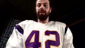 Giocatore di football americano con fondo nero archivi video
