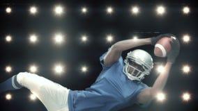 Giocatore di football americano contro lampeggiante stock footage