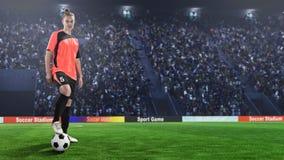 Giocatore di football americano femminile in uniforme di rosso sul campo di calcio fotografia stock libera da diritti