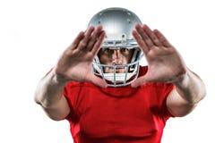Giocatore di football americano in jersey rosso che difende fotografie stock
