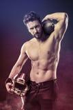 Giocatore di football americano senza camicia con il casco immagini stock