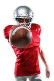 Giocatore di football americano sicuro nella palla rossa della tenuta del jersey immagine stock