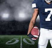 Giocatore di football americano sopra allo stadio Fotografia Stock Libera da Diritti