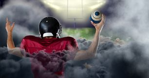 giocatore di football americano in stadio con fumo immagine stock