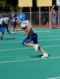 Giocatore di football americano teenager della gioventù con la sfera Fotografia Stock Libera da Diritti