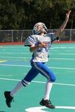 Giocatore di football americano teenager della gioventù per catturare la sfera Immagine Stock Libera da Diritti