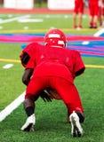 Giocatore di football americano in una posizione di tre punti a pratica immagini stock
