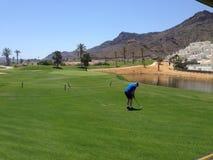 Giocatore di golf al campo da golf meraviglioso di Aguilon e località di soggiorno in Spagna immagini stock libere da diritti