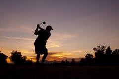 Giocatore di golf al tramonto immagine stock