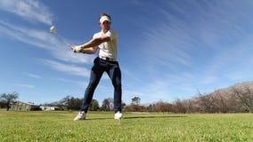 Giocatore di golf che colpisce un azionamento stock footage
